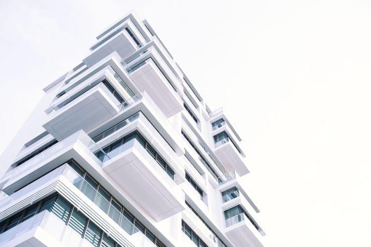 photo d'un bâtiment contemporain de couleur blanc