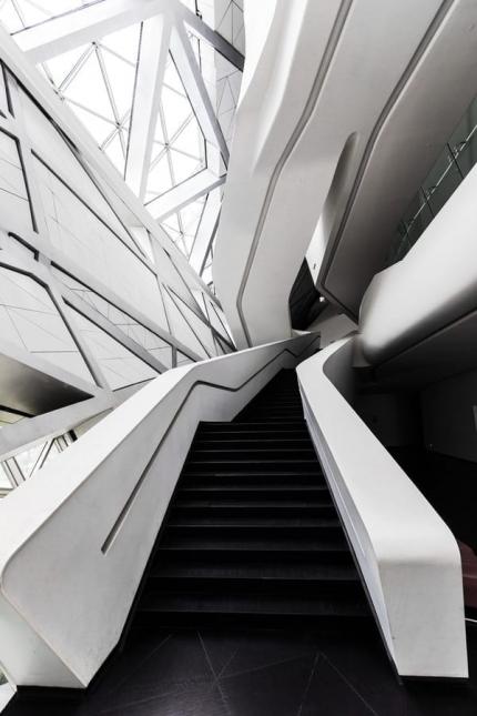 Photo d'un escalier avec un design contemporain de couleur blanc et noir
