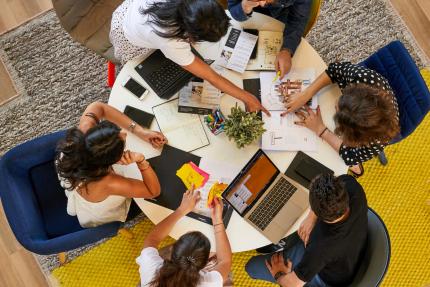 Groupes de collègues onepoint autour d'une table en train de brainstormer