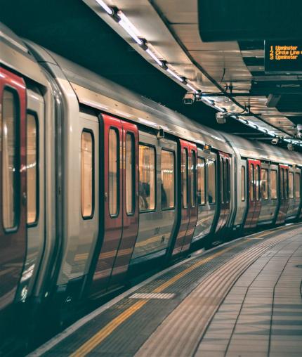 Photo prise de nuit d'un train à quai