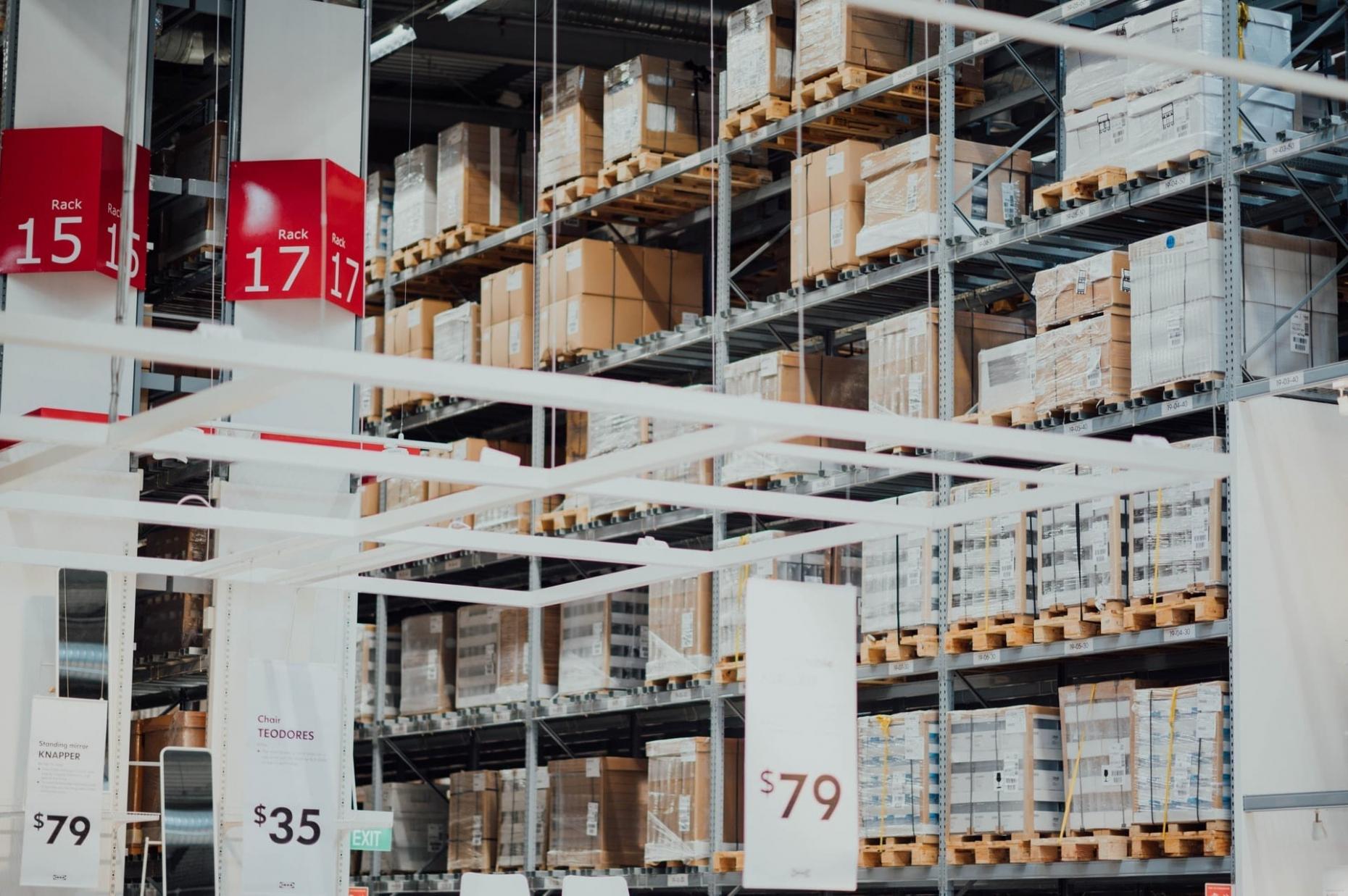 Photo d'en entrepôt d'un magasin de meubles, on y voit le prix des meubles et le numéro des rangées