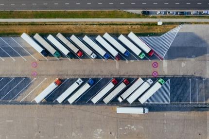 Photo de camions en stationnement