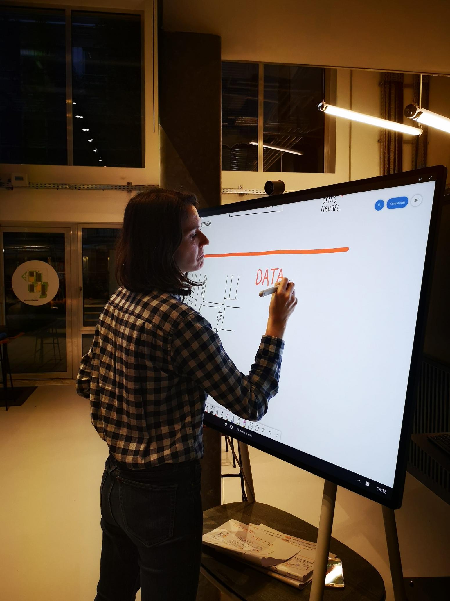 Claire Etienney en pleine facilitation graphique