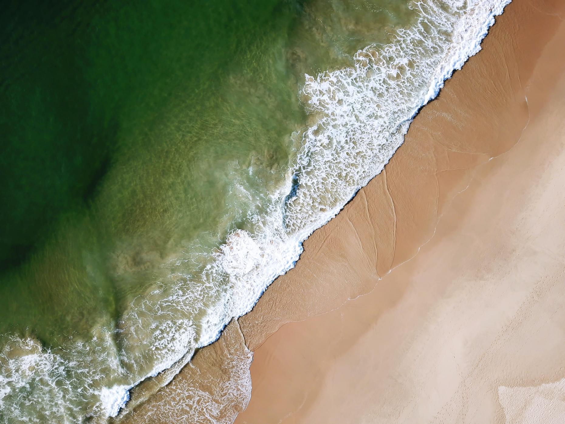 Vague arrivant sur une plage d'Afrique du sud représentant l'ambition de onepoint en Afrique