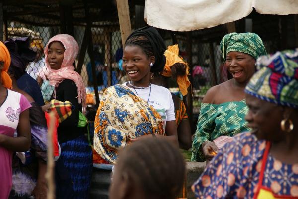 Photo de femmes gambiennes souriant au milieu d'une foule