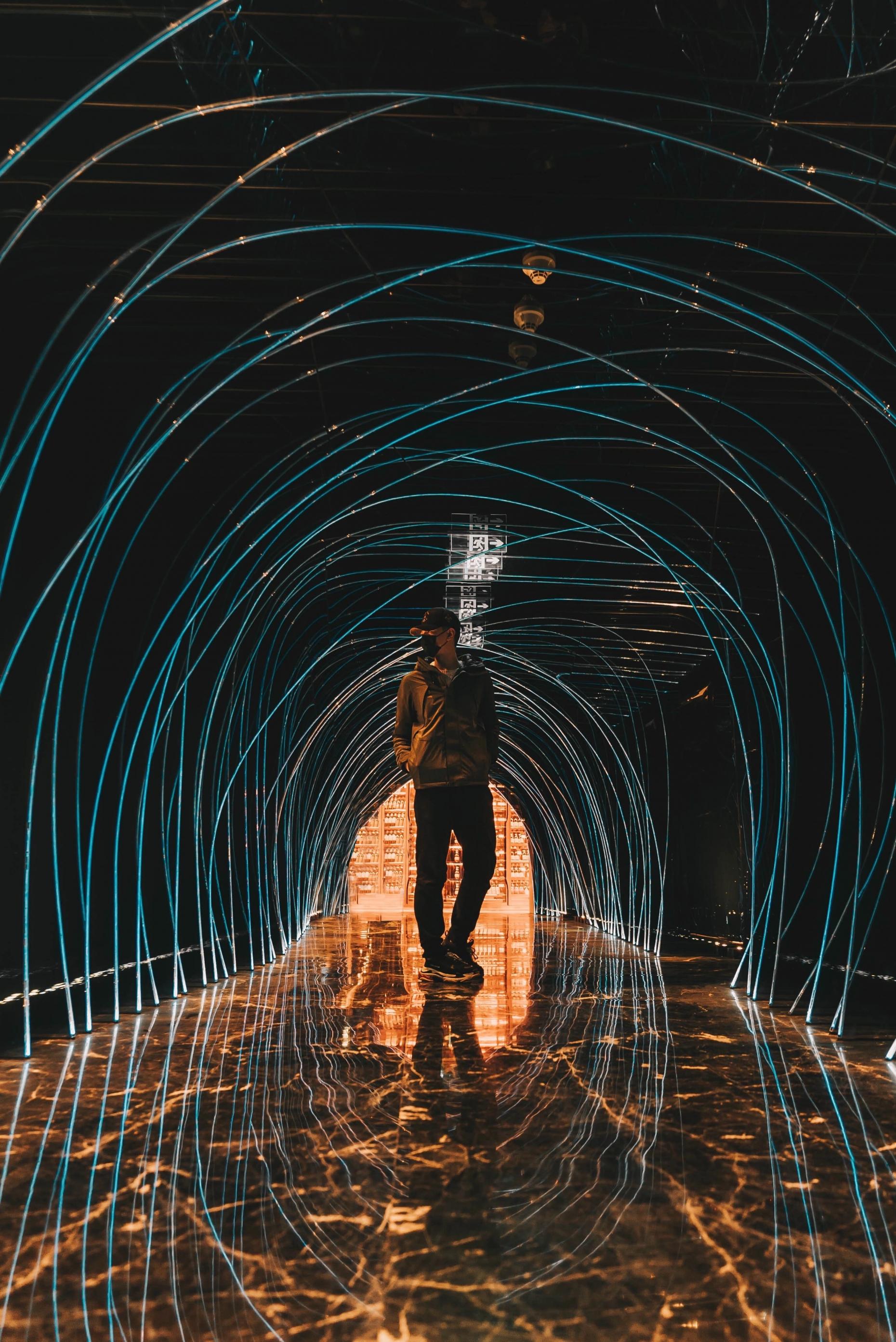 photo d'un homme qui est positionné devant une oeuvre d'art digitale